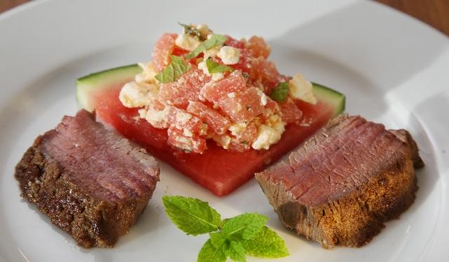 Lammlachse auf Melonen-Feta-Salat