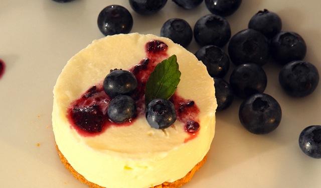 Mini-Cheesecake mit Blaubeeren auf Amaretti-Boden