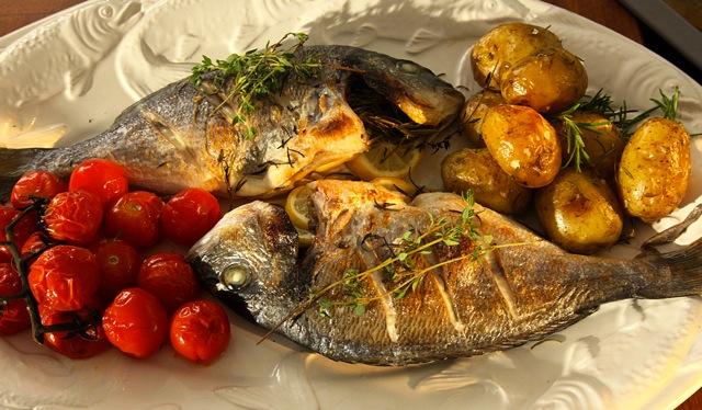 Kräuter-Dorade mit Rosmarin-Kartoffeln & Tomaten
