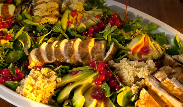 Huhn auf Avocado-Salat mit Couscous