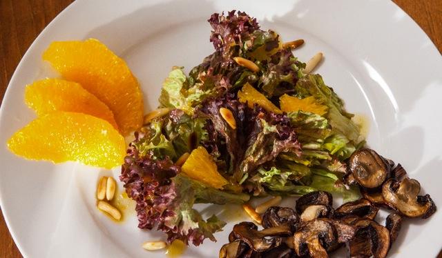 Lollo-Rosso-Salat mit Sojapilzen und Orangen