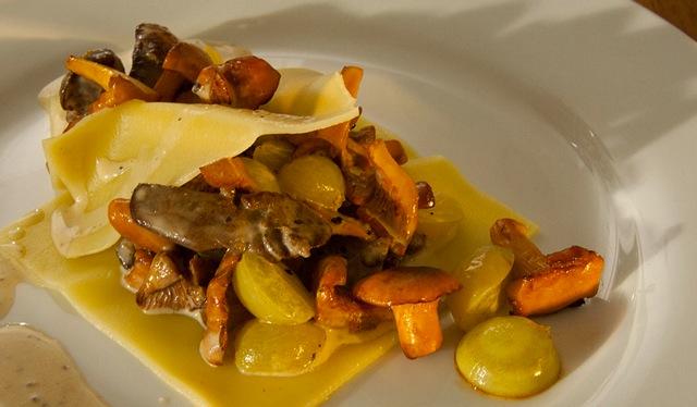 Lasagne mit Hühnerleber, Pfifferlingen & Trauben