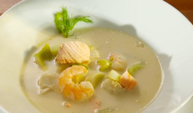 Edle Fischsuppe von Lachs, Kabeljau & Garnelen