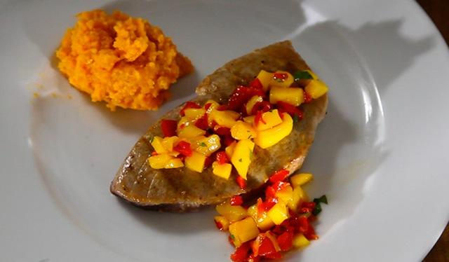 Thunfisch mit Mango-Salsa & Süßkartoffelstampf