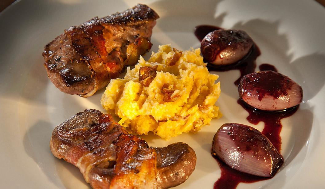 Rehmedaillons mit Rotwein-Schalotten und Steckrübenmus