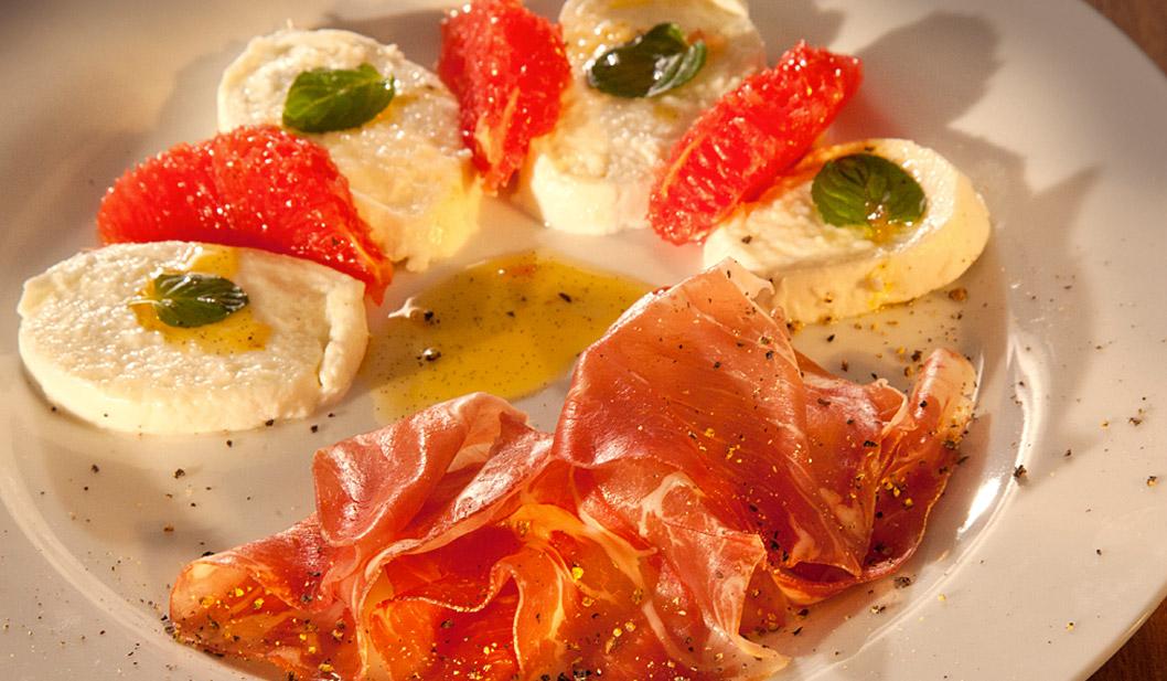 Büffel-Mozzarella mit Coppa und Grapefruit