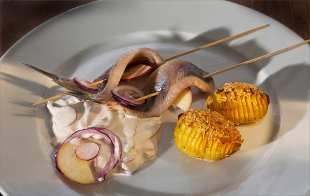 Matjes mit Fächerkartoffeln und Hausfrauensoße