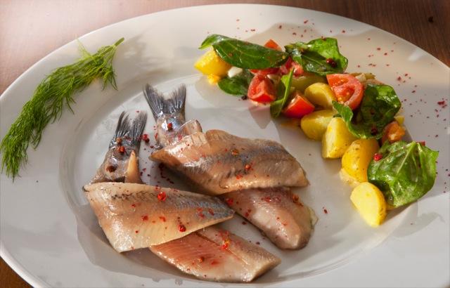 Holländischer Matjes mit mediterranem Kartoffelsalat