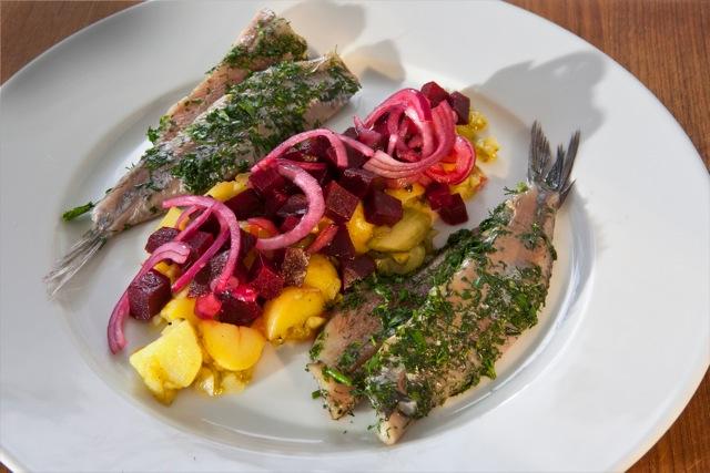 Käuter-Matjes mit Rote Bete-Kartoffelsalat