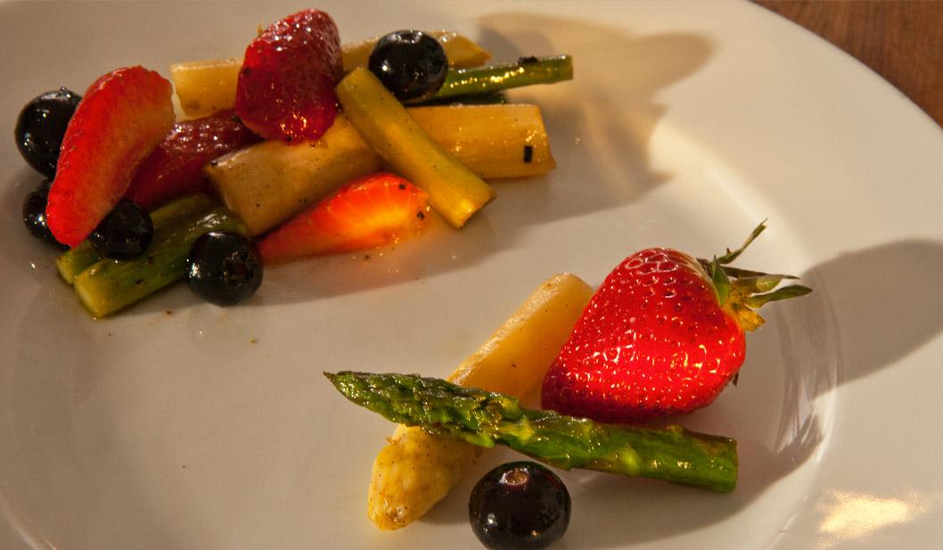 Spargelsalat mit Erdbeeren und Vanille