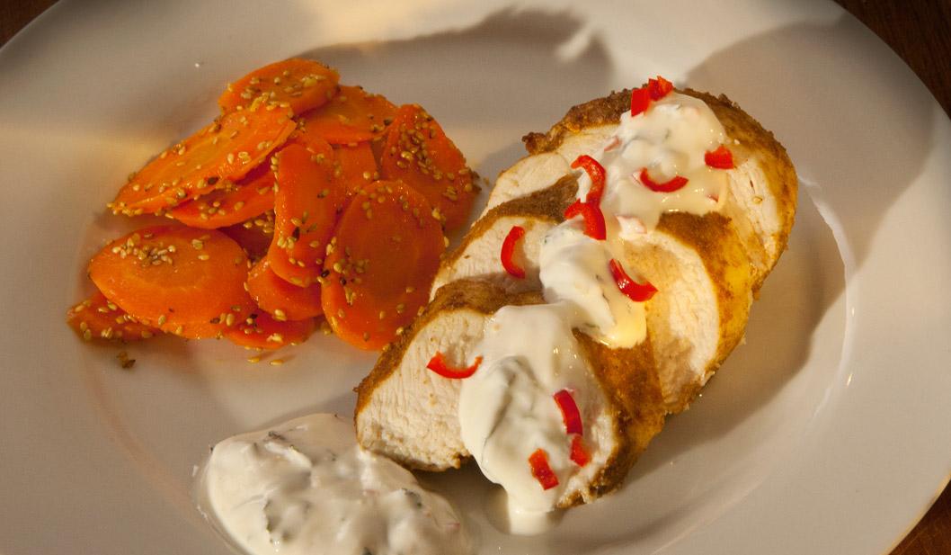 Tandoori-Huhn mit Sesam-Ingwer-Karotten