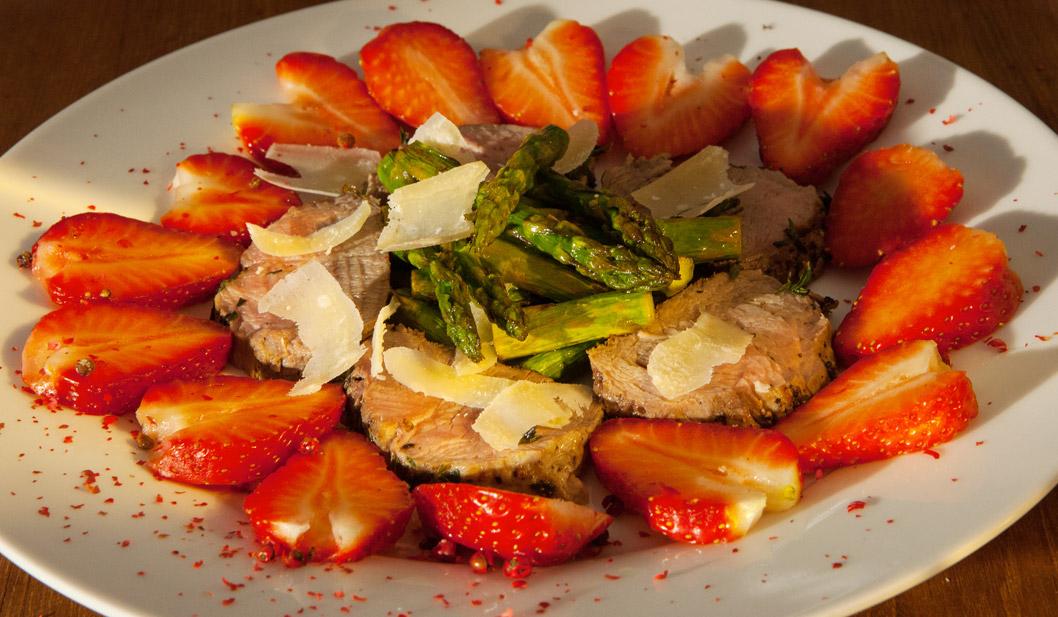 Grüner Spargel mit Kablsfilet und Erdbeeren