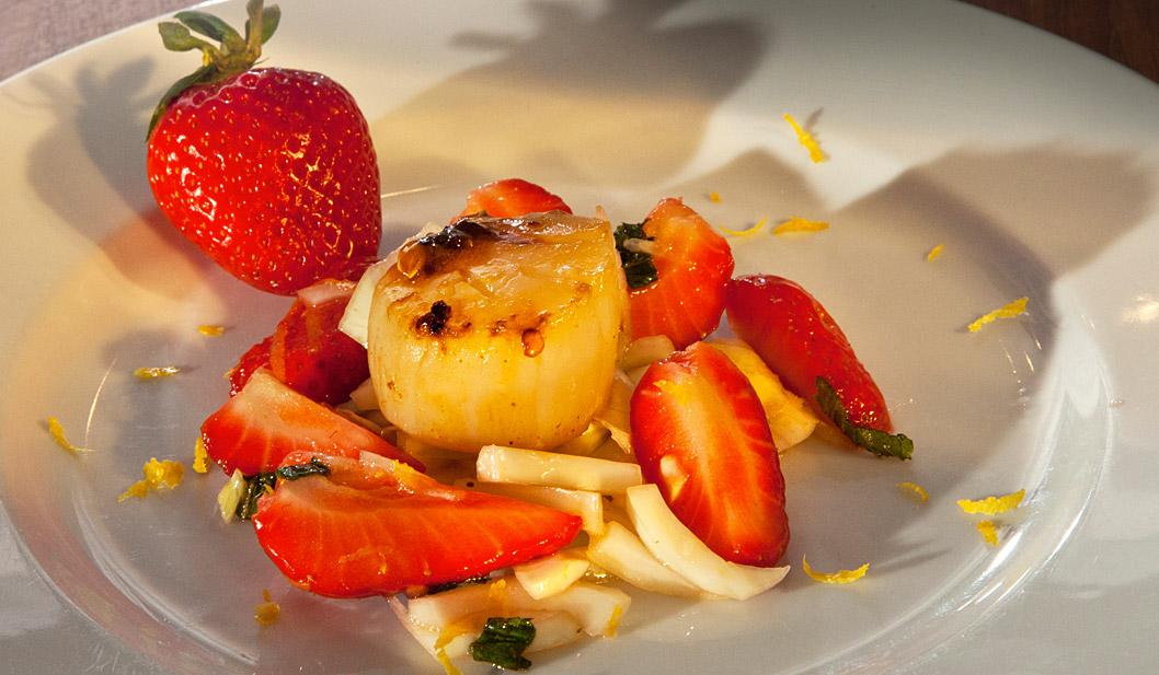Erdbeer-Fenchel-Salat mit in Ahornsirup glasierter Jacobsmuschel